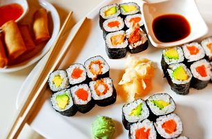 Asijský set: polévka, lososové sushi i závitky