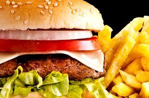 Sýrový, kuřecí nebo hovězí burger s hranolky v žižkovské Hospůdce U Fíčků.