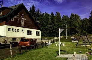 Pobyt v hotelu Maxov s polopenzí a saunou, čerstvě upečené rohlíčky k snídani a hřiště pro děti.