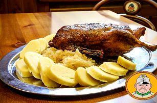 Kachna se zelím, knedlíkem, polévkou a pivem ve Švejk Restaurantu Strašnice v Praze