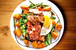 Farmářský salát s vejcem, opeč. bramborem a panenkou