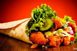 Tortilla s kuřecími stripsy, zeleninou a dresingem