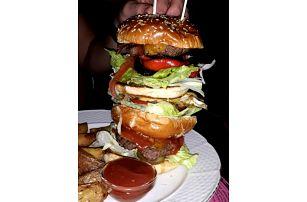 Obří hovězí burger menu v bistru Yes Burger v centru Prahy