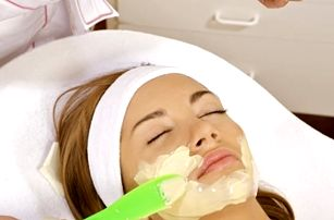 Kosmetické ošetření pleti v délce 60 minut. Čištění, peeling, úprava a barvení řas a mnoho dalšího.