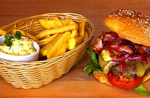 1 nebo 2 burgery, hranolky a salát Coleslaw