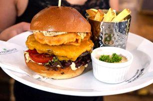 Burger s hovězím chuck-roll a domácí hranolky