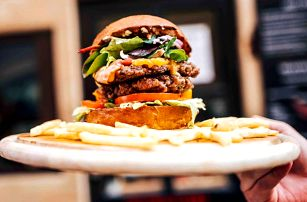 Burger s hranolky, dipem a nápojem pro 1 i 2 os.