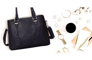 Prostorné dámské kabelky s přívěskem a ramenním popruhem