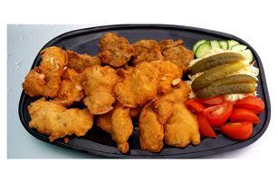 Kopec řízků ze tří druhů masa, salát i pečivo