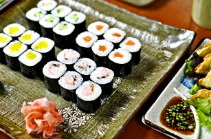 24–64 ks sushi, taštičky gunmandu a wakame polévky