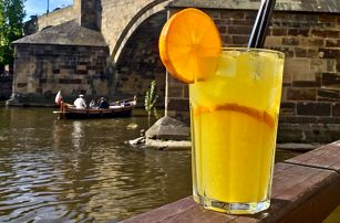 Ledová káva či limonáda a dezert u Karlova mostu