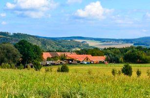Pobyt blízko Plzně a Křivoklátska: Penzion Farma Dvorec s aktivitami na farmě, jógou, dezertem a polopenzí