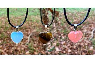 Minimalistický šperk: srdce z minerálních kamenů
