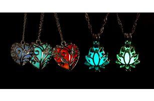 Svítící náhrdelníky ve tvaru srdce či lotusu