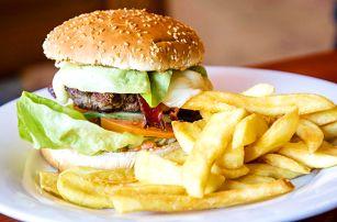 Hovězí burgery se slaninou a hranolky pro 2 či 4 os.