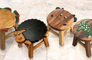 Ručně vydlabané a malované dětské stoličky ze dřeva
